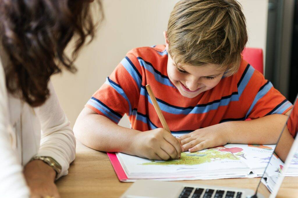 home-school-learning-homework-reading-concept-P4XBVUF-1024x683