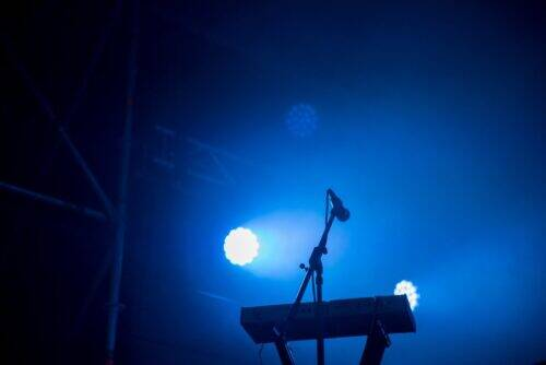 keyboard-and-microphone-in-blue-stage-lights-8DSA7FB-1024x684