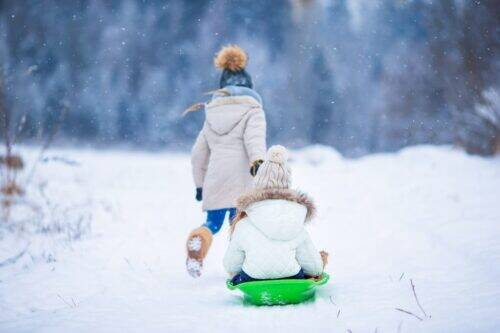 little-adorable-girls-enjoy-a-sleigh-ride-child-5R22HYG-1024x683