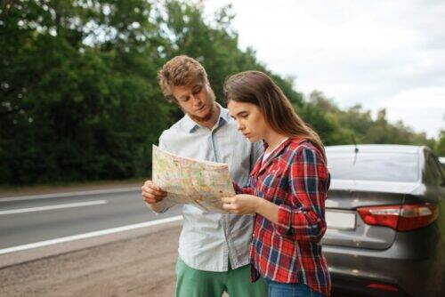 car-tourists-looking-on-map-road-travel-CE29T53-1024x684