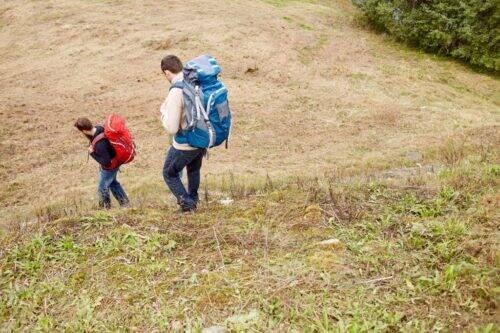 friends-with-backpacks-hiking-PC4EFNK-1024x683