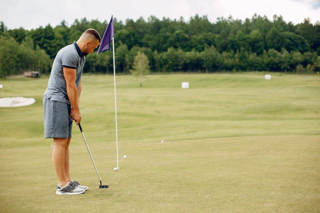 handsome-man-playing-golf-on-a-golf-course-BV38LVJ-1024x683