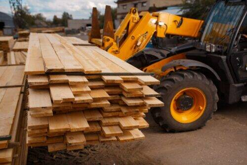 forklift-loads-the-boards-in-the-lumber-yard-CRGB9PK-1024x684