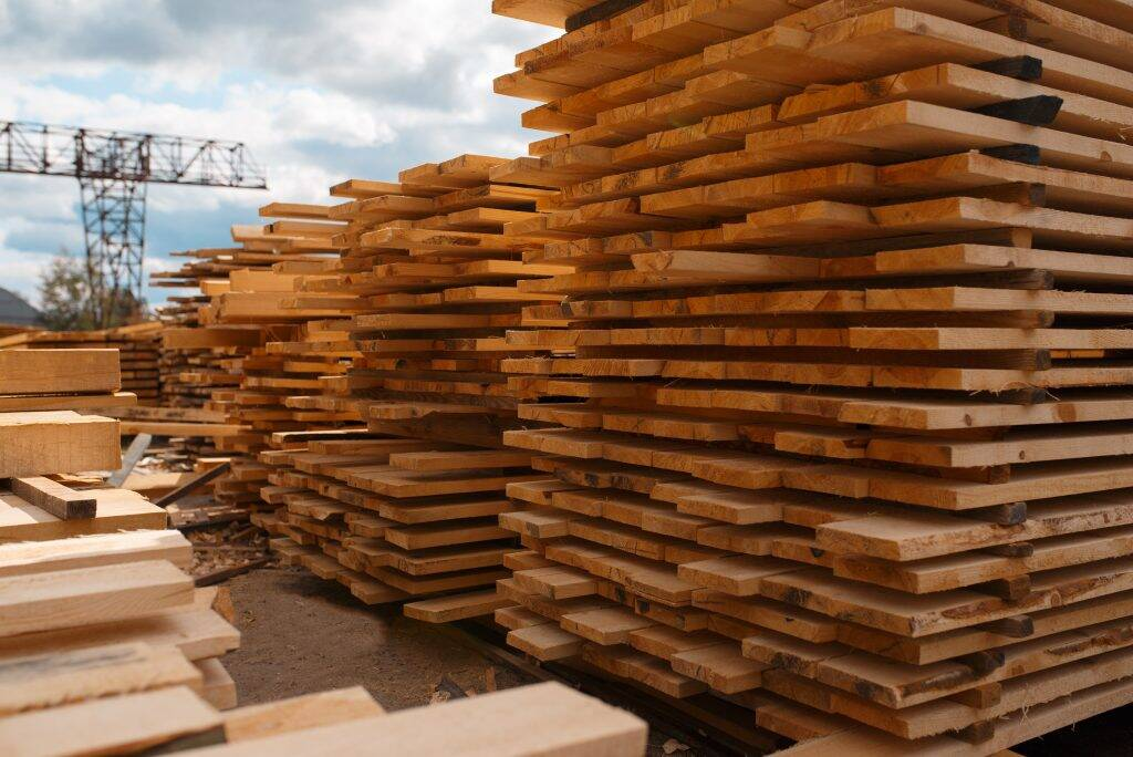stacks-of-boards-on-timber-mill-warehouse-852G6UN-1024x684