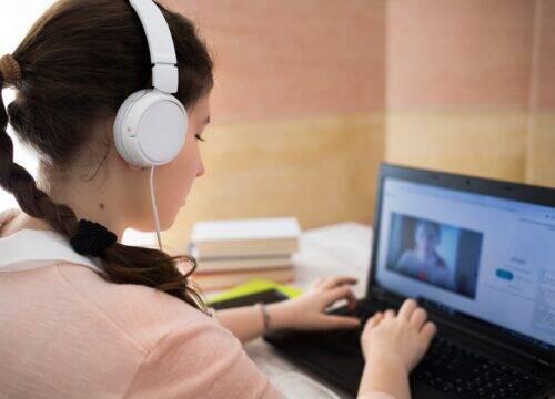 Étudiante devant son ordinateur
