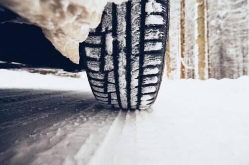Pneus d'hiver sur une route enneigée