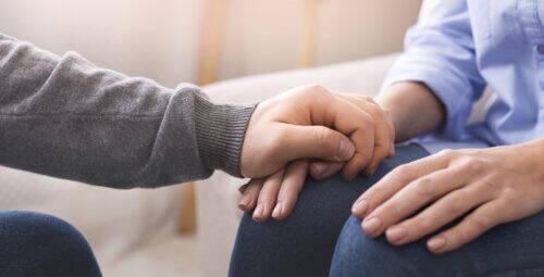 détresse tenir la main aide psychologue aidant aide aider
